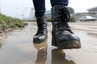 3月7日,刘芳在4号线2期工程西河站查看线路,脚上沾满了泥水。
