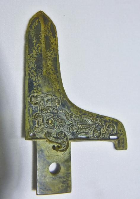 出土的青铜器兵器纹路精美.