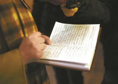 ②侯蓉代表的笔记本上记满了笔记和感受。