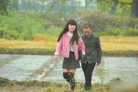 王志全与女儿在田间。(资料图片)