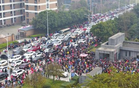 3月11日,电子科大成都学院考场,道路停满了汽车,考生和家长徒步前行。