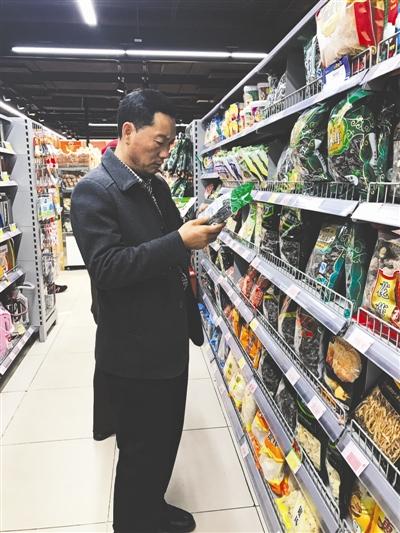 昨日,为调查农产品消费市场,全国人大代表左万军走访北京的6家超市