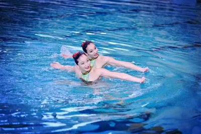 川妹子蒋文文蒋婷婷在FINA花样游泳系列赛法国站拿到双人自由自选项目的金牌