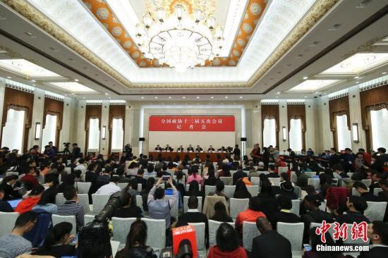 资料图 政协委员谈促进经济平稳健康发展。中新社记者 杨可佳 摄