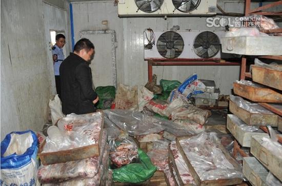 何某多次购进未经检疫、甚至是病死的马肉、骡子肉、驴肉冒充牛肉卖到成都等地