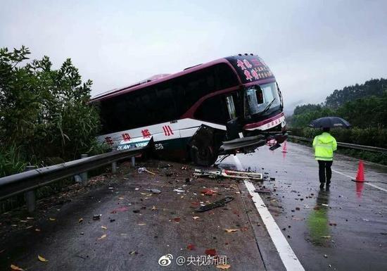 广西一辆大巴车高速路上翻车 致1人死亡14人受伤