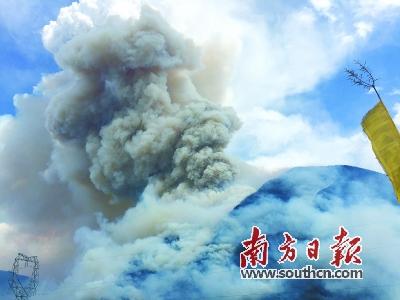 18日,火场突起大风,现场浓烟滚滚。新华社发