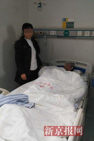 被打男子在医院接受治疗。新京报记者 卢通 摄