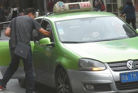 记者在几天内打车15次,只有3位师傅主动问候。