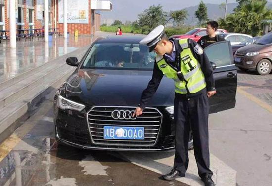 四川五一高速囧事 奇葩老司机卫生纸浸水遮车牌高清图片