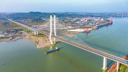 川南临港片区位于泸州市境内,将建设成为区域性综合交通枢纽和成渝城市群南向开放、辐射滇黔的重要门户。(资料图片) 胡捷 摄