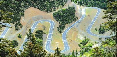 国道318线雅江县至理塘县的18道拐路段。本报记者 衡昌辉 摄(资料图片)