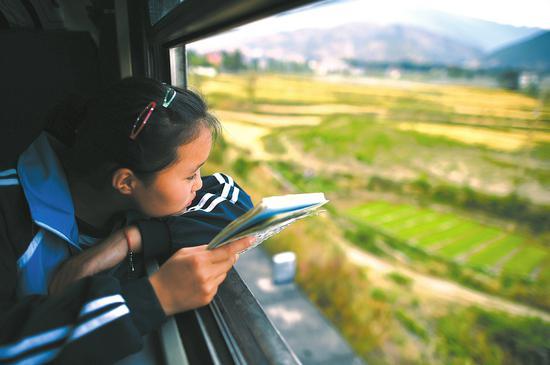 每逢周末,有600多名学生坐着这趟慢火车,在家和学校间往返。
