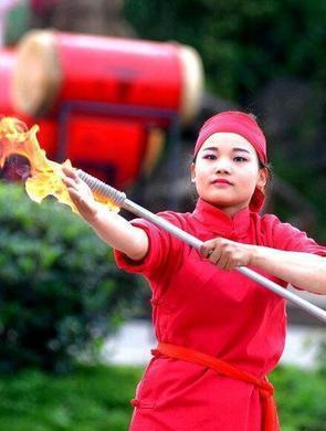 泸州苗族美女表演上刀山下火海