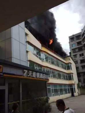 南充阆中酒店突发火灾 现场浓烟滚滚
