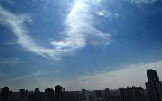成都天空现奇观 五彩祥云午间降临