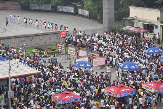 成都民办小升初本地生面谈开始 3000余人涌进成外