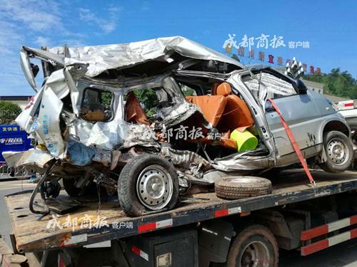 被撞的面包车