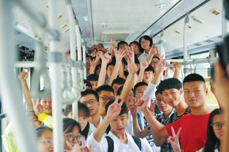 公交车内考生合影。