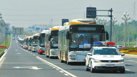 警车开道,送考公交车紧随其后。