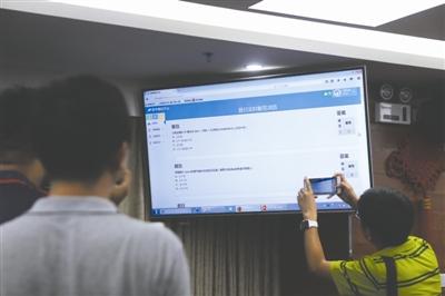 屏幕上显示,高考机器人解答今年高考数学题 摄影记者 刘海韵