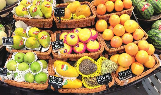 大部分水果贴上标签证明身份