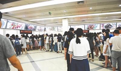 排队买菜的同学排起了长龙
