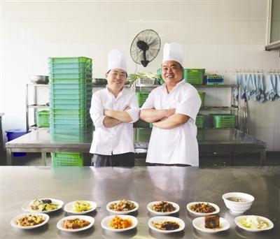 复旦两位厨师制作的12道经典菜肴
