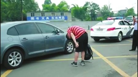 抵达考场后抵达考场后,考生向送他的好心司机深深鞠了一躬考生向送他的好心司机深深鞠了一躬。