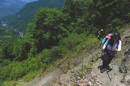 考古工作者在龙门山脉寻找古城遗址。