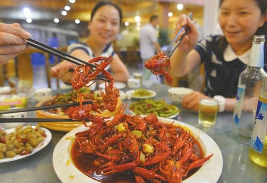 目前正是吃小龙虾的季节,成都的大小餐馆每天要卖出数万斤。
