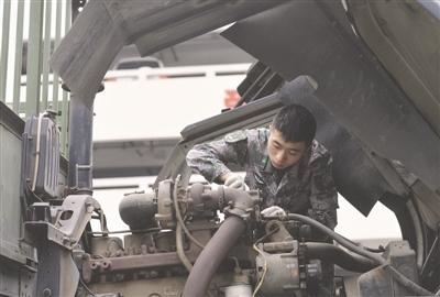 乔羽在维护汽车 摄影记者 陶轲