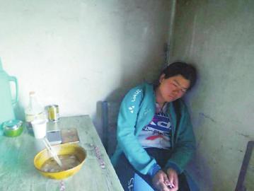 郭丽娟就着凳子睡觉。