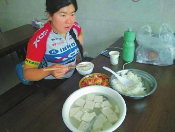 郭丽娟在途中吃饭。