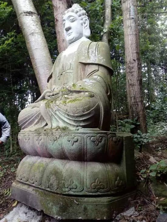 90年代初,该址附近一农户在修建土屋取土时,挖出了一尊大佛像(头部已断裂)和几尊小佛像。大佛像就地立起,小佛像随其左右。