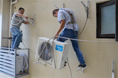 李平和同事在和邦小区安装空调