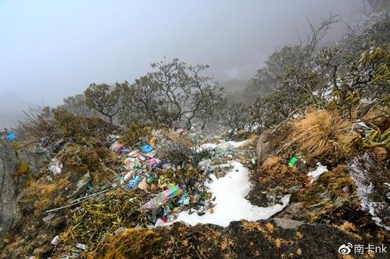 曾经,牛背山上垃圾遍地 来源@南卡nk
