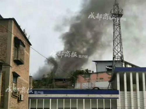 宜宾一小区楼顶临时建筑起火致1女子死亡