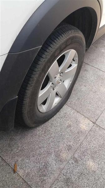 车后轮被放了气。