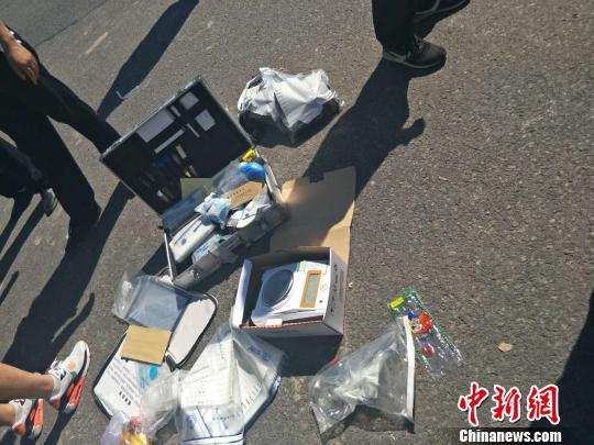 警方缴获的毒品和贩毒工具 五公宣