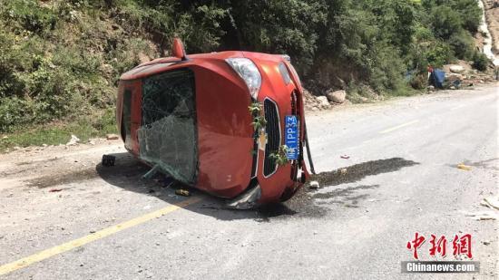 8月8日21时19分在四川阿坝州九寨沟县发生7.0级地震,震源深度20千米。图为受损车辆横卧路上。中新网记者 杨勇 摄