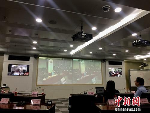 中国地震台网中心的专家在视频会商。 张素 摄