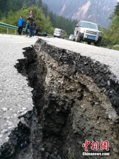 8月8日21时19分在四川阿坝州九寨沟县发生7.0级地震,震源深度20千米。图为震后松潘至九寨沟的观光公路出现裂缝。冯正 摄