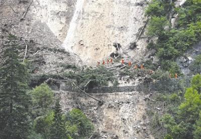 我们来了!  搜寻救援分队越往里走,道路越发艰难,渐渐变成了一个斜坡,砂石夹杂,踩错一步,就会滑落深渊。