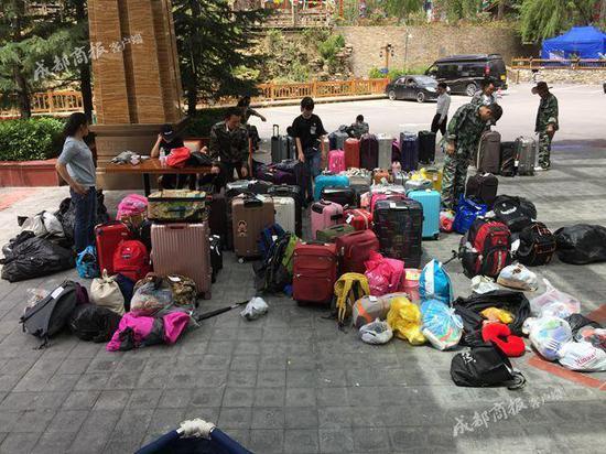 酒店工作人员正在清点行李物品