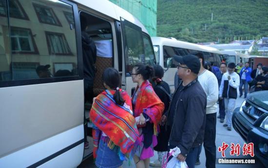 8月9日,最后一批游客准备坐车离开九寨沟。中新社记者 刘忠俊 摄