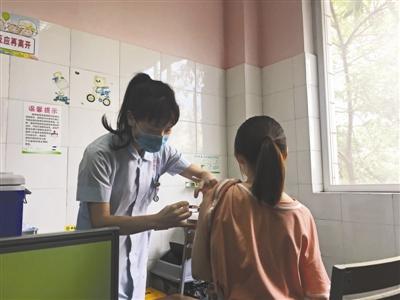 周女士在跳伞塔社区卫生服务中心接种宫颈癌疫苗