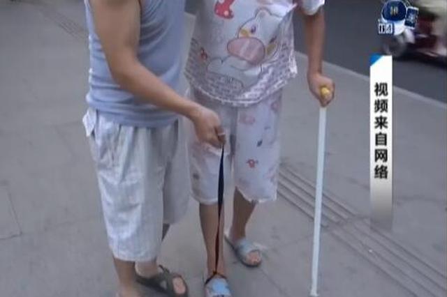 成都老伴半身瘫痪 大爷绳提老伴脚散步