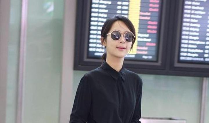 杨紫遮黑超变时髦御姐 穿干练黑白装气场全开