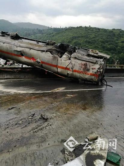 昆石高速4车相撞事故致5死 轿车被撞成废铁